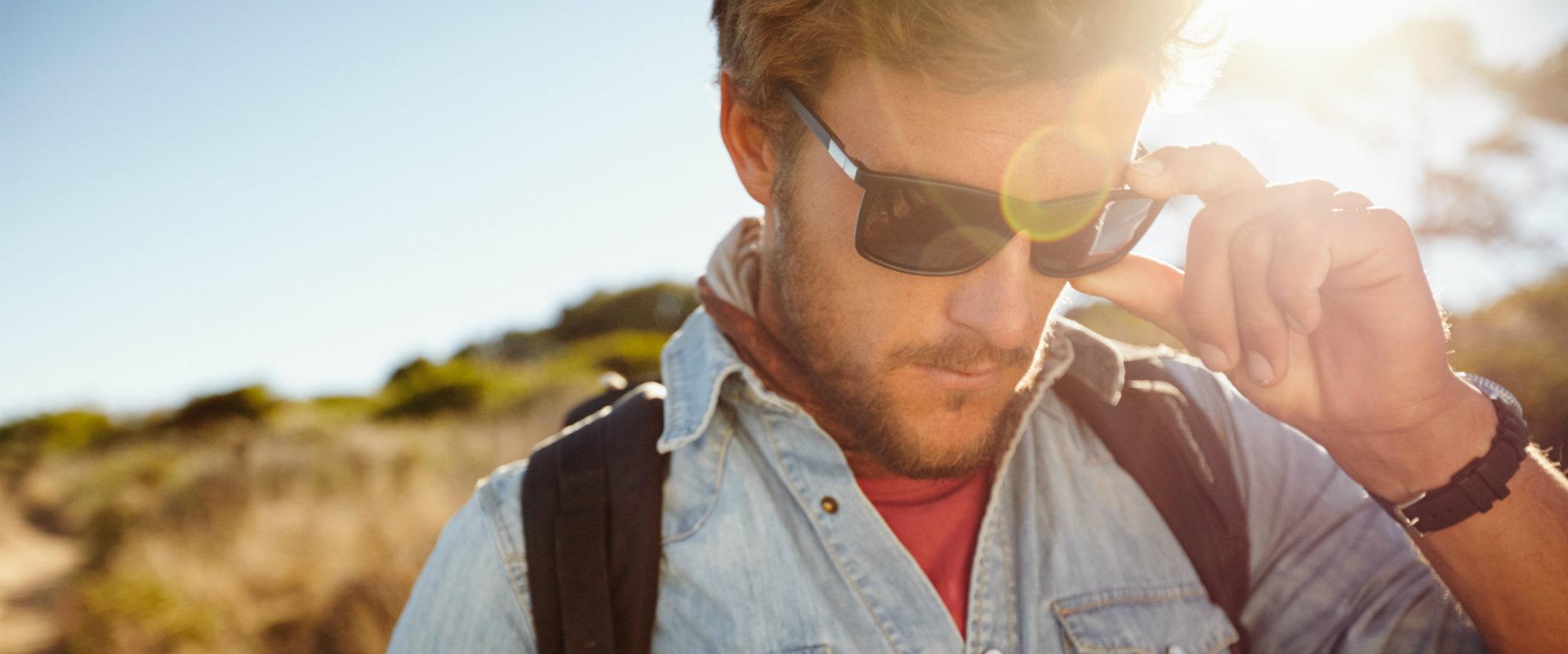 Hombre en el exterior con lentes de sol eagle eyes