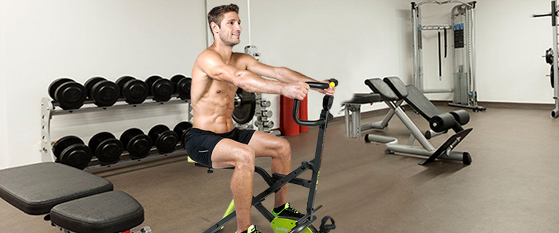 Hombre usando el Body Crunch Evolution.