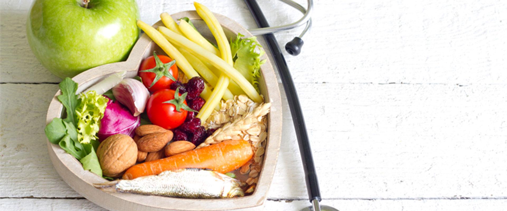Plato en forma de corazón con alimentos para tener una buena salud.
