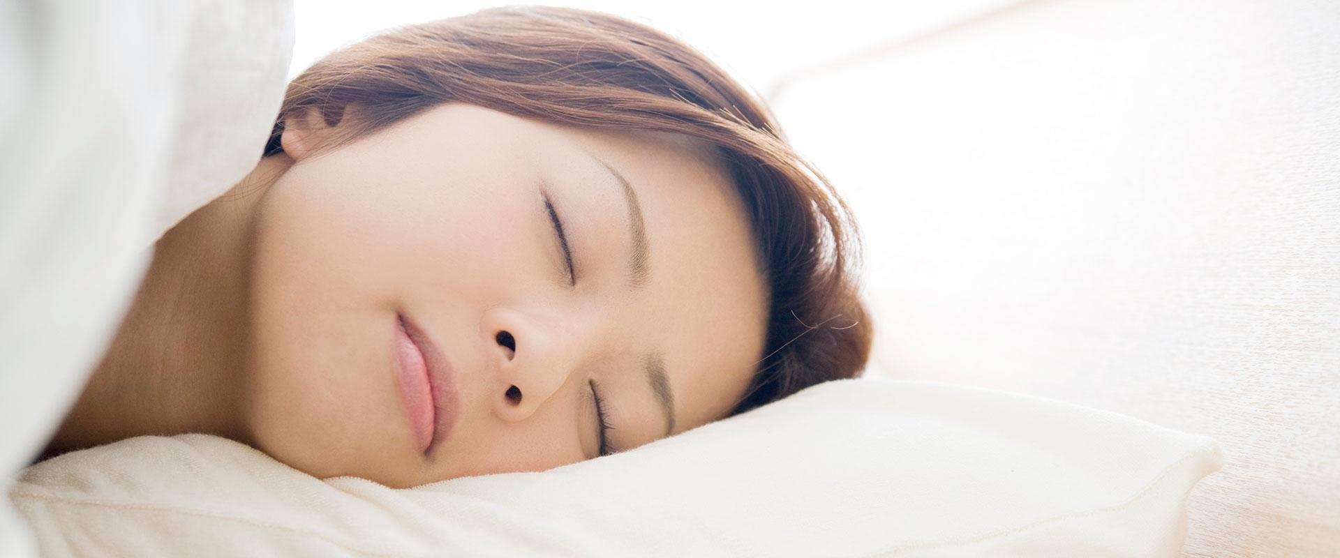 Mujer descansando sobre su almohada Soñare.