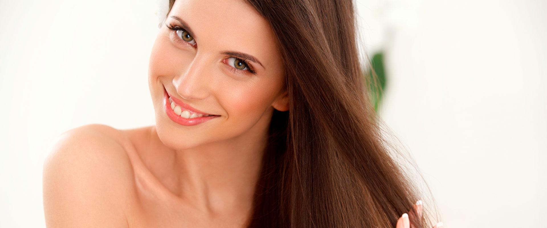 Mujer con cabello lacio luego de usar el cepillo alisador Simply Straight.