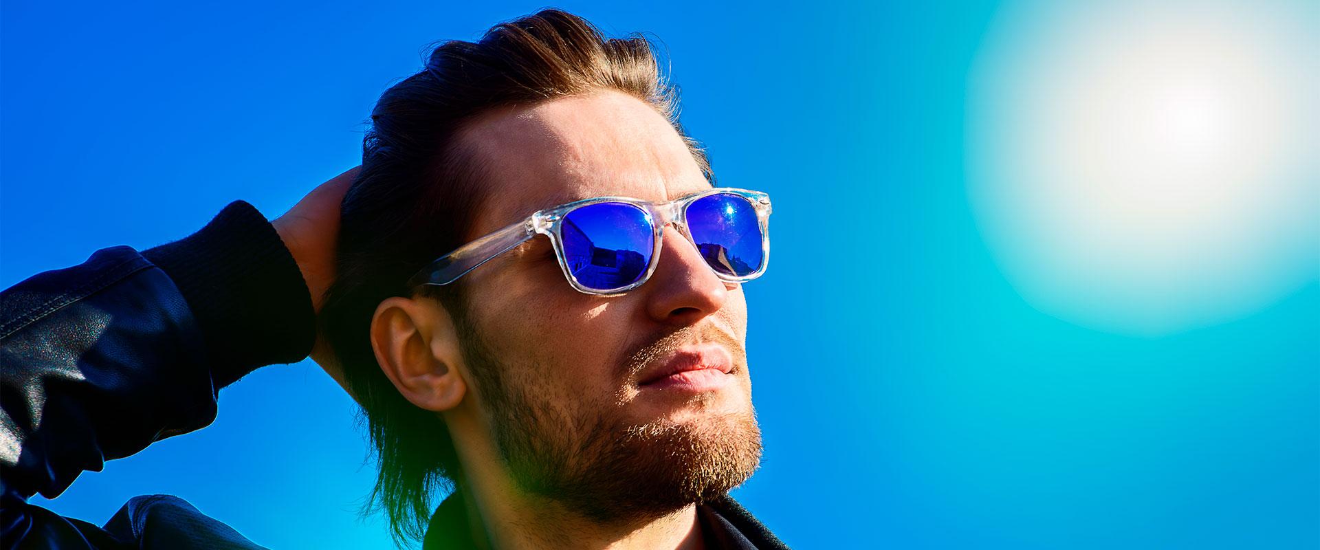 Hombre usando lentes de sol como los Eagle Eyes.