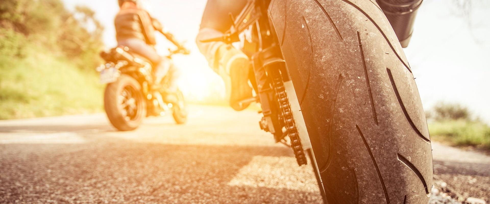 Hombre viajando en motocicleta por la carretera, usando sus Eagle Eyes.