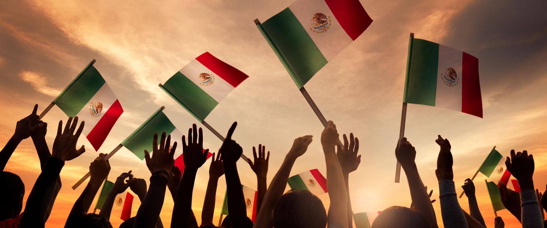 Imagen de mexicanos festejando el Día de la Independencia.