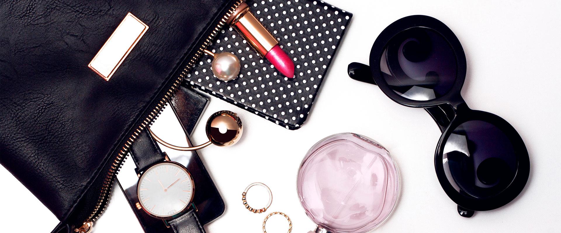 Fotografías del contenido del bolso de una mujer, incluyendo unas gafas de sol.