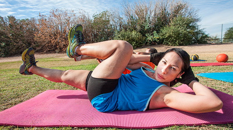 Mujer practicando boot camp.