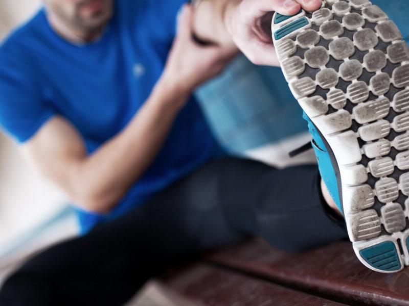 Hombre estirandose antes de hacer ejercicio
