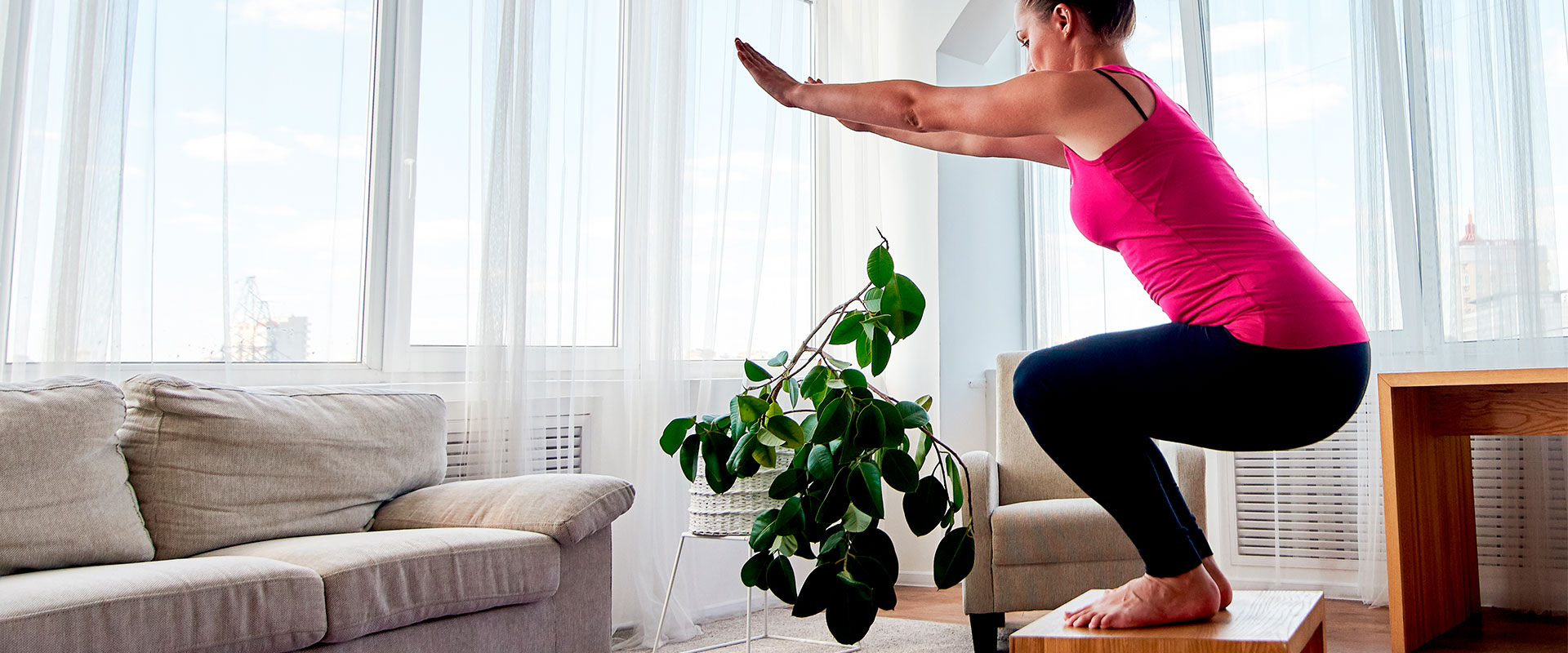 Mujer practicando Functional training en su casa.