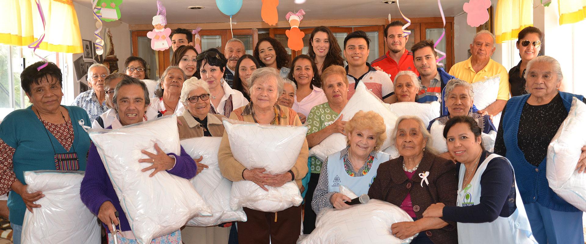 Fotografía de voluntariado con los abuelos en la visita a la Fundación Vida Plena IAP.