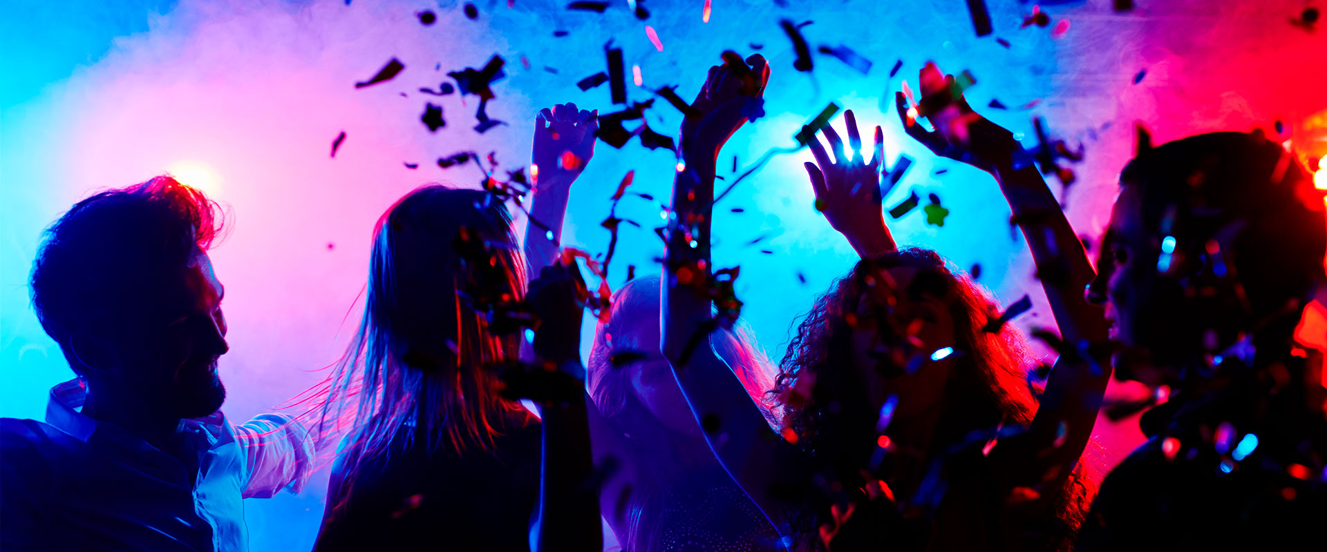 Personas en una fiesta de Halloween iluminada con Startastic.