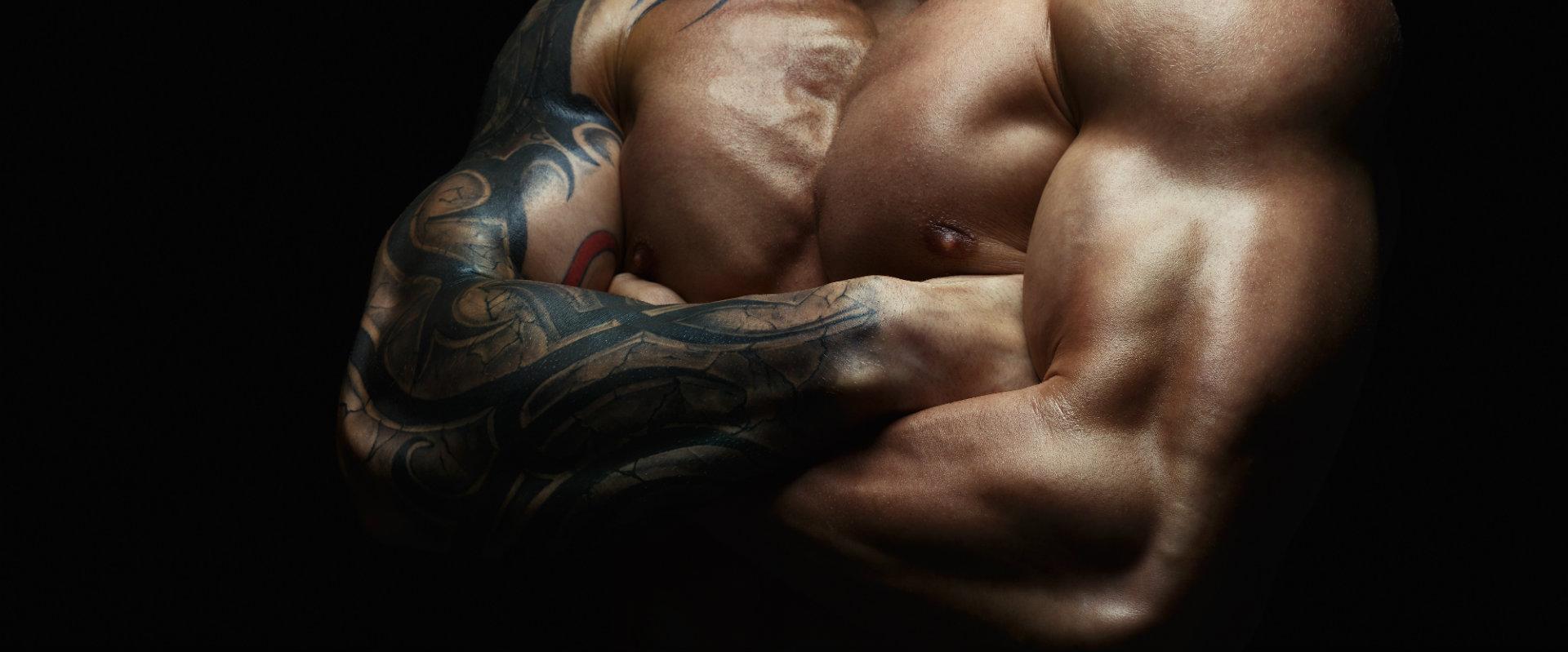 Hombre con pecho y brazos marcados gracias al uso de Body Crunch Evolution.