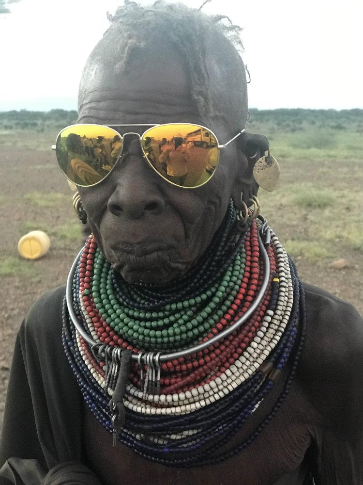 Hombre africano usando lentes Eagle Eyes en Kenia