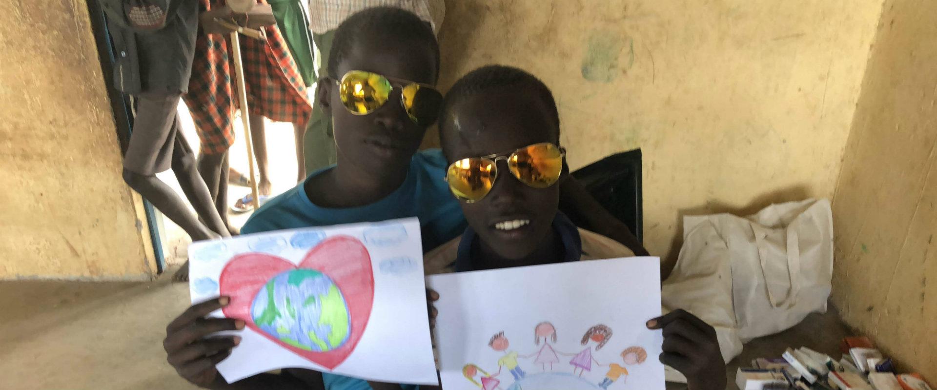 Niños en Kenia con donativo de Eagle Eyes