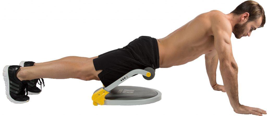 Hombre utilizando el aparato de ejercicio Ab Tomic, haciendo el ejercicio Lagartijas.