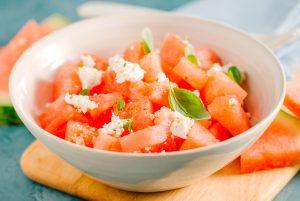 Imagen de un plato con melón y queso cottage.