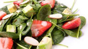 Imagen de ensalada de espinacas con almendras.