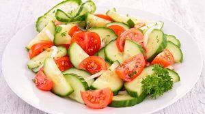 Fotografía de ensalada de pepino, jitomate y cebolla.