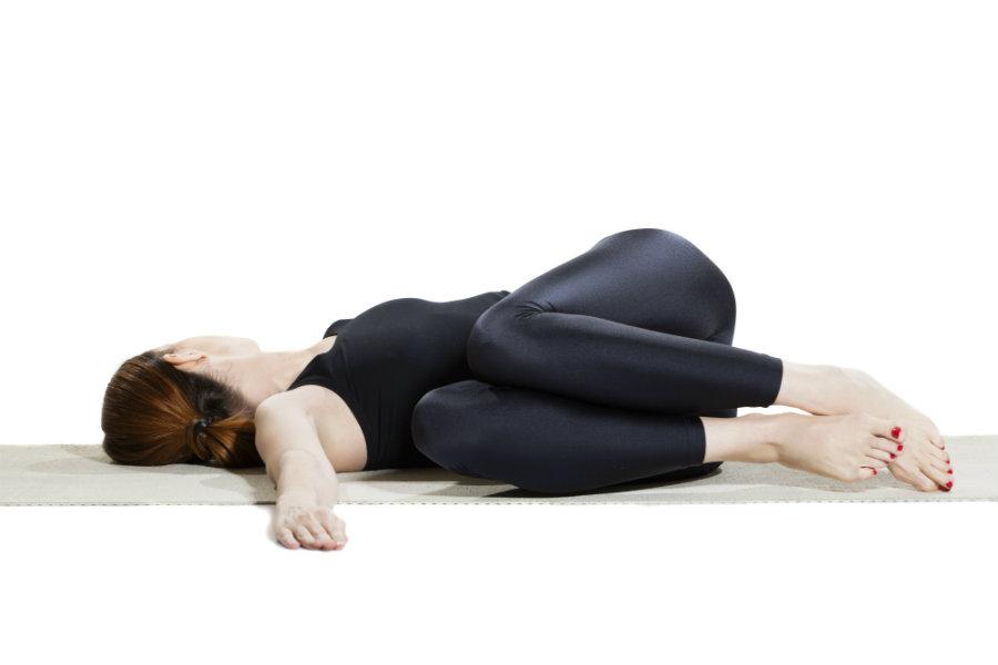 Mujer haciendo postura de yoga torsión o parivrtta sthiti