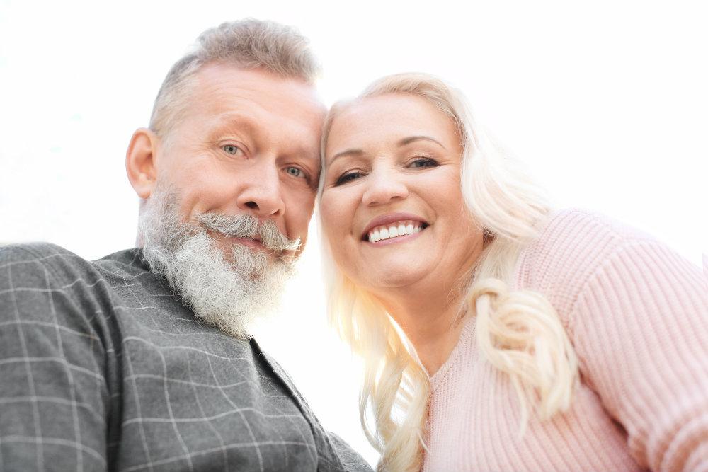 Foto selfie de pareja adulta sonriendo