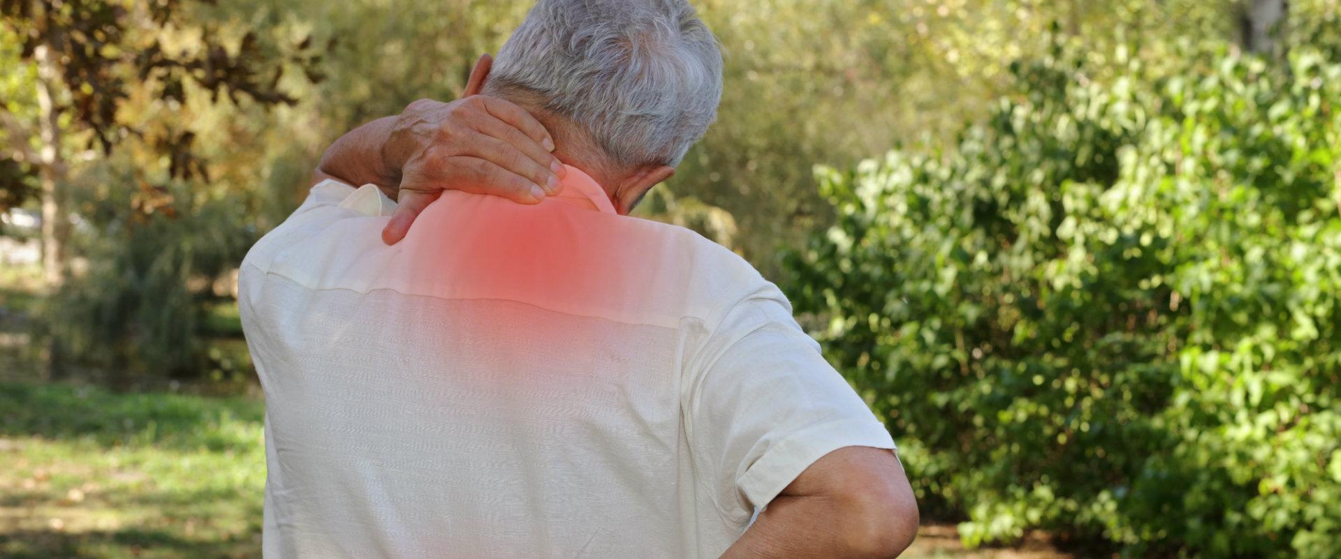 Hombre de la tercera edad agarrandose el cuello por el dolor