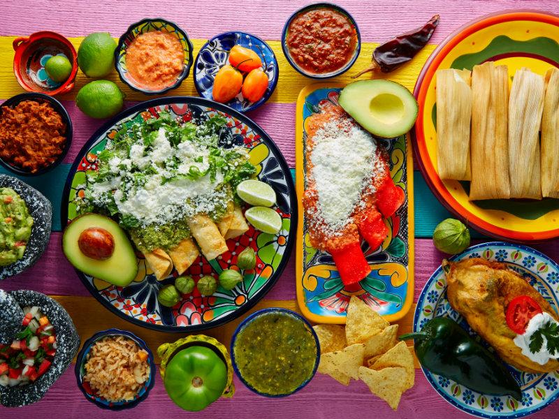 Mesa con platillos mexicanos listos para una noche mexicana