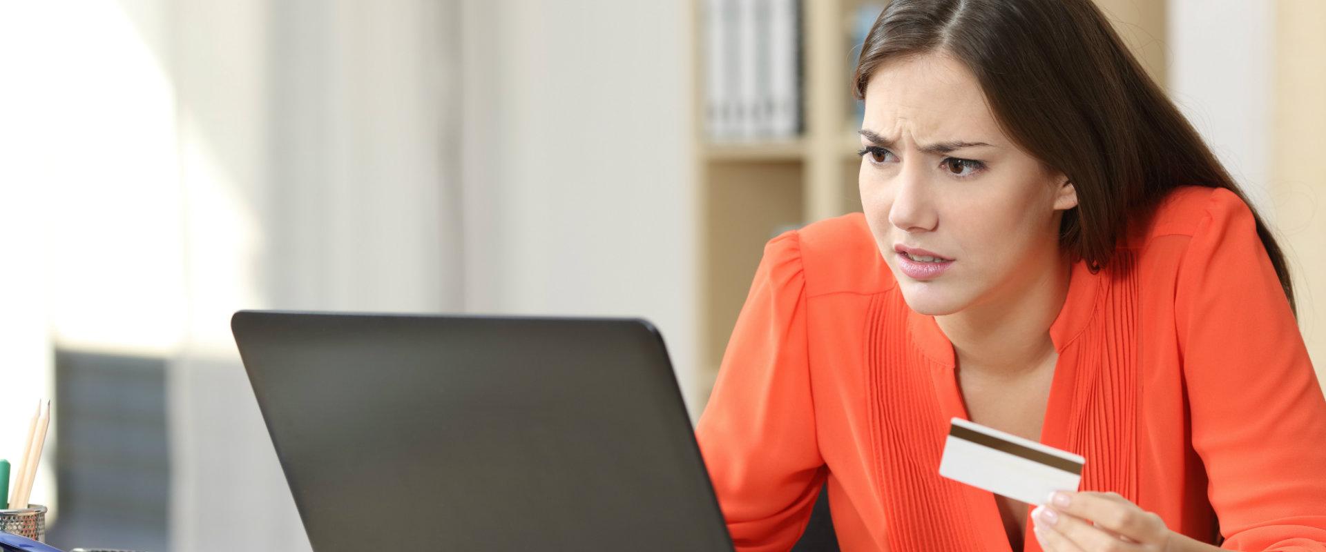 Mujer comprando el internet