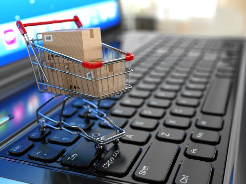 Carrito de compra sobre una computadora