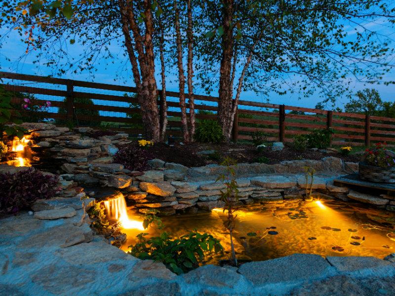 Fuente o piscina iluminada con luz led