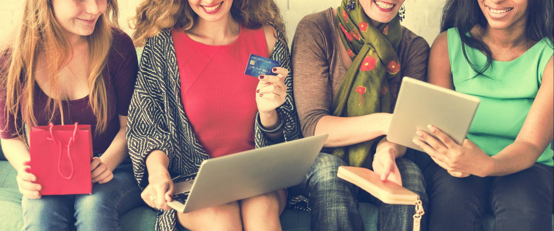 Mujeres sentadas juntos su computadora compranod
