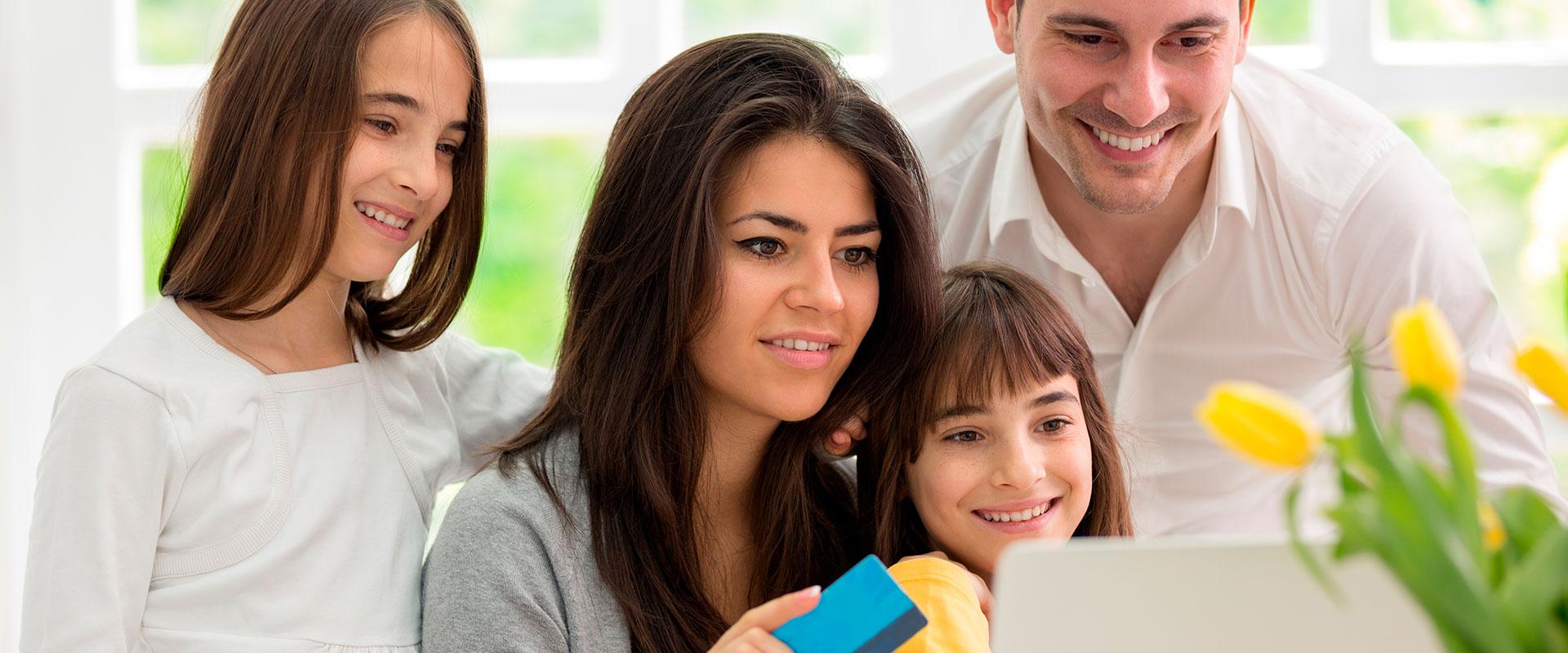 Familia comprando por internet durante el Buen Fin.
