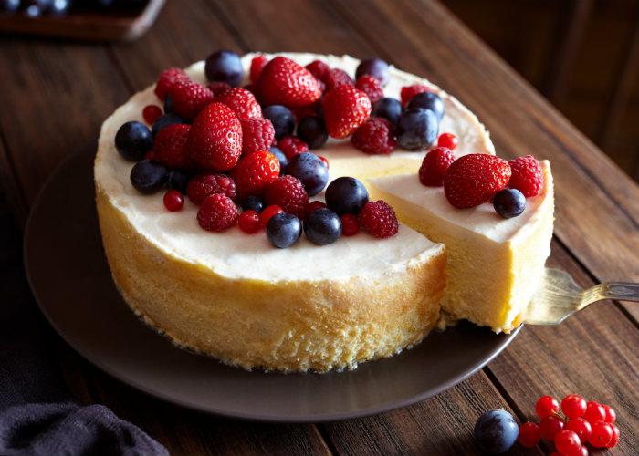 Cheesecake sin calorías adornado de frutos rojos