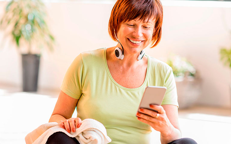 Mujer haciendo ejercicio dentro de su casa con Body Crunch.