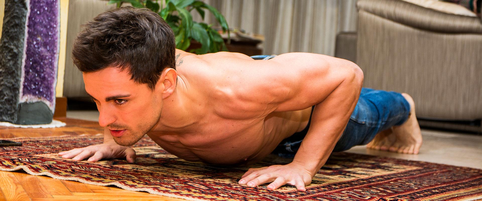Hombre haciendo ejercicio dentro de su casa.