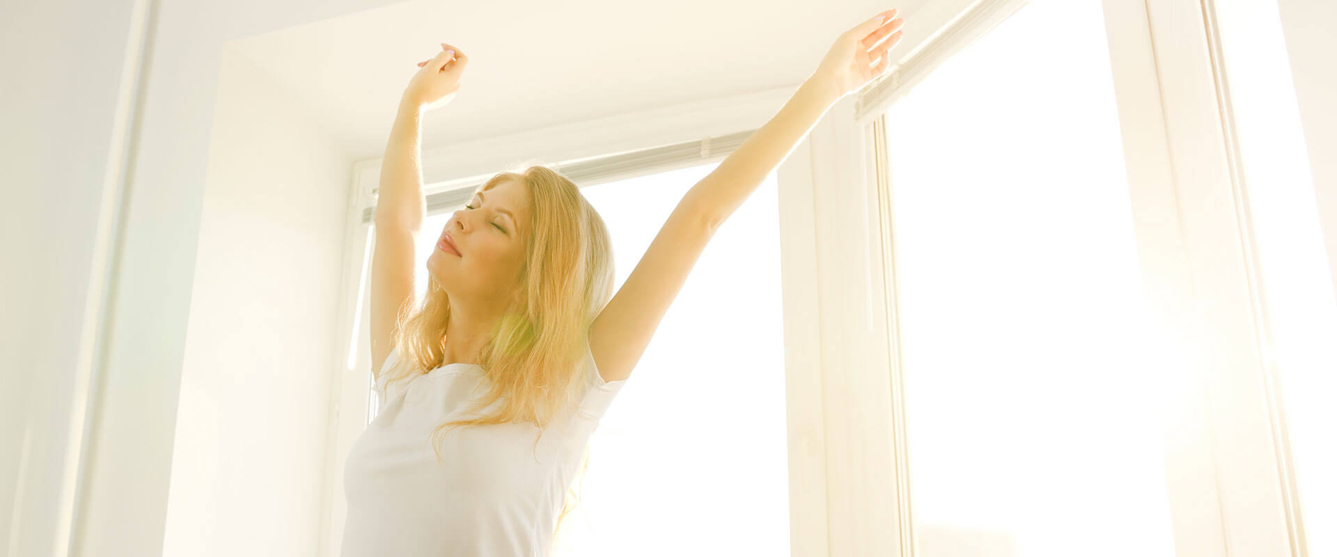 Mujer despertando feliz en la mañana sobre colchón sognare