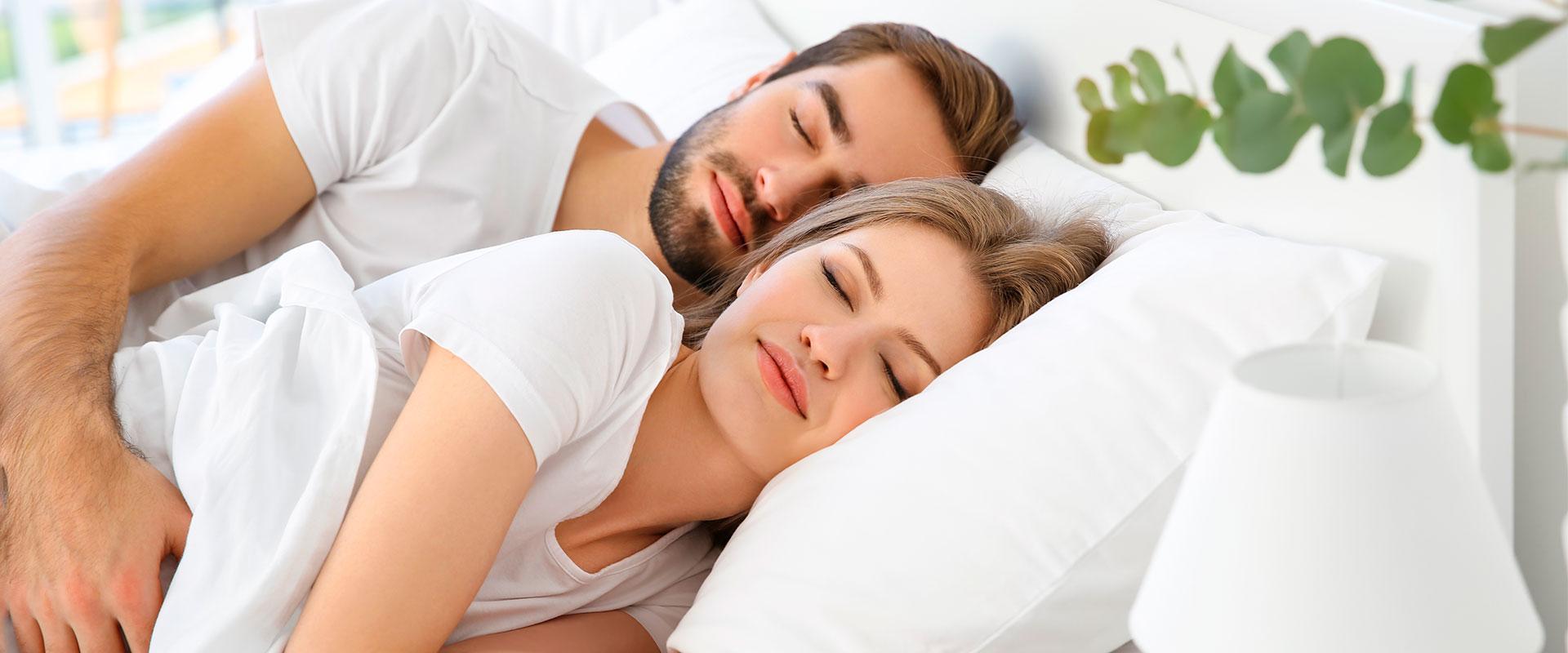 Pareja durmiendo en los productos frescos de la Familia Sognare.