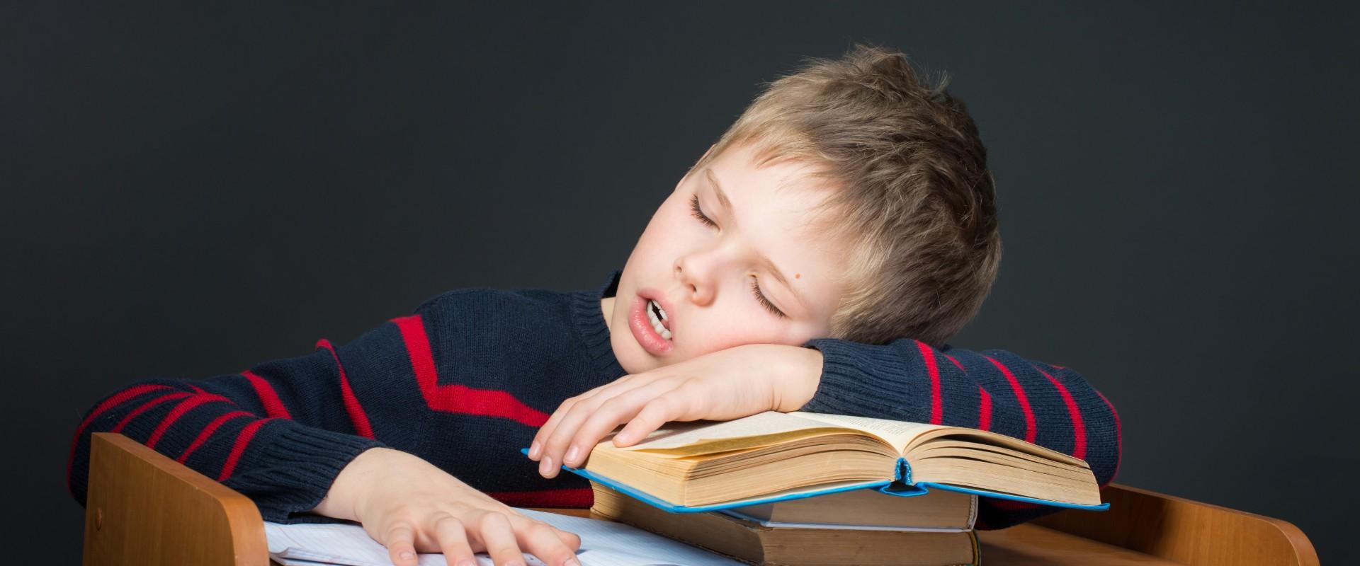 ¿Sabías que dormir en la escuela mejora las calificaciones?